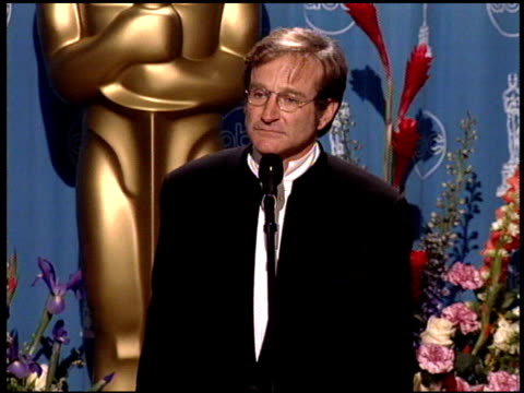 stockvideo's en b-roll-footage met robin williams at the 1998 academy awards at the shrine auditorium in los angeles california on march 23 1998 - 70e jaarlijkse academy awards