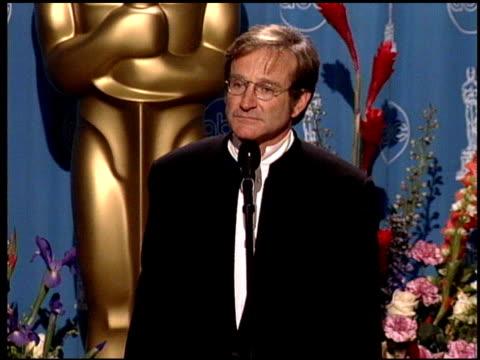 vídeos de stock e filmes b-roll de robin williams at the 1998 academy awards at the shrine auditorium in los angeles california on march 23 1998 - 70.ª edição da cerimónia dos óscares