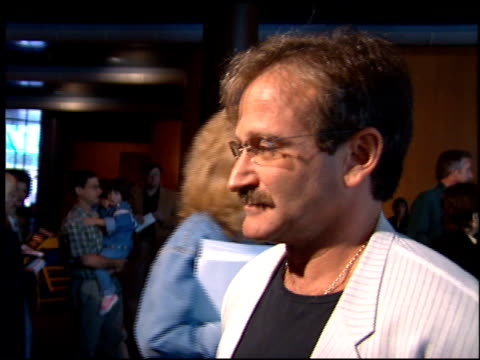 robin williams at the 'a little princess' premiere at dga in los angeles california on may 13 1995 - ロビン・ウィリアムズ点の映像素材/bロール