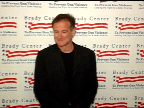 robin williams at the brady center to prevent gun violence benefit at the beverly hilton in beverly hills california on october 7 2004 - ロビン・ウィリアムズ点の映像素材/bロール