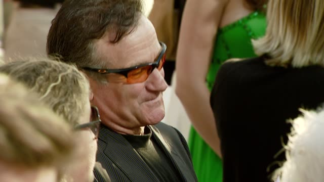 robin williams at the 'license to wed' premiere at the cinerama dome at arclight cinemas in hollywood california on june 25 2007 - ロビン・ウィリアムズ点の映像素材/bロール