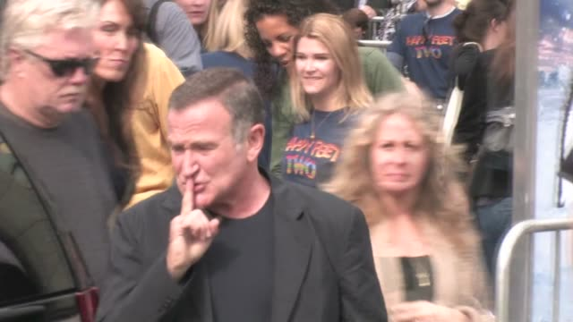 robin williams at the premiere of ôhappy feet twoõ in hollywood on - ロビン・ウィリアムズ点の映像素材/bロール