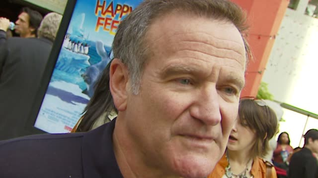 robin williams at the warner brothers pictures' 'happy feet' world premiere at grauman's chinese theatre in hollywood california on november 12 2006 - ロビン・ウィリアムズ点の映像素材/bロール