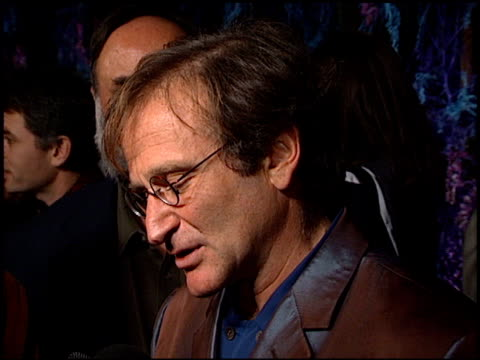 robin williams at the 'what dreams may come' premiere at academy theater in beverly hills california on september 28 1998 - ロビン・ウィリアムズ点の映像素材/bロール