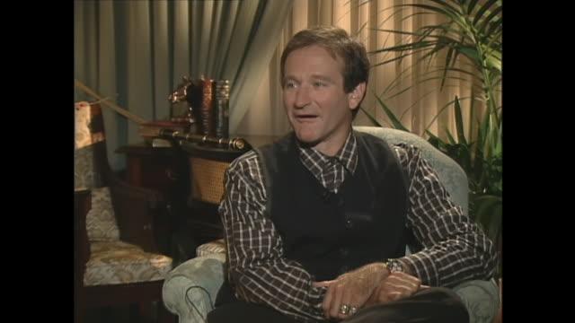 robin williams on mrs doubtfire - ロビン・ウィリアムズ点の映像素材/bロール