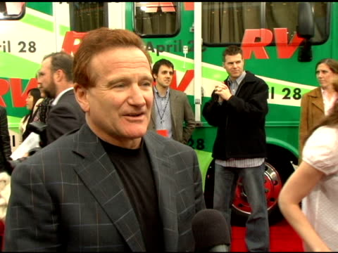 vídeos de stock, filmes e b-roll de robin williams on what it was like filming in the canadian mountains on how much he would like to be an ice dancer at the 'rv' los angeles premiere... - 2006