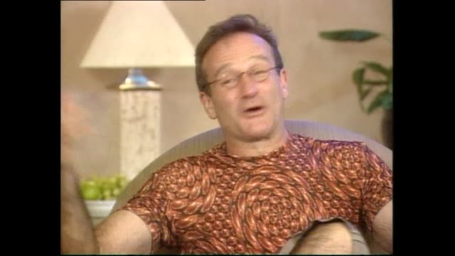 vídeos de stock e filmes b-roll de robin williams speaking about how boris yeltzin could use flubber during promotional interview for the film in 1997 during interview with host tony... - robin williams ator