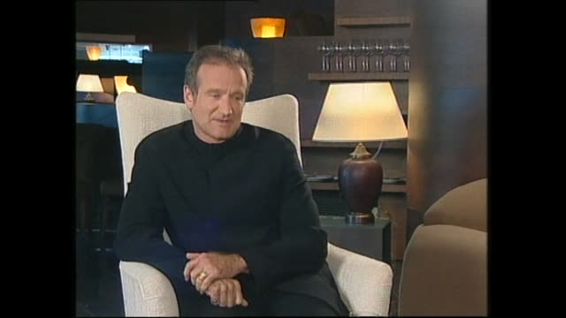 vídeos de stock e filmes b-roll de robin williams speaking about some of his favorite film roles in 1999 during interview with host paul holmes - robin williams ator