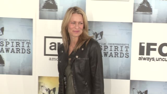 robin wright penn at the film independent's 2009 spirit awards arrivals part 4 at los angeles ca - robin wright stock videos and b-roll footage
