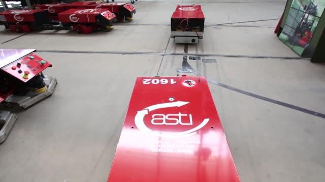 robofasts and agv easybots are tested in the automatismos y sistemas de transporte interno s.a.u. factory in madrigalejo del monte, spain, on... - transporte点の映像素材/bロール