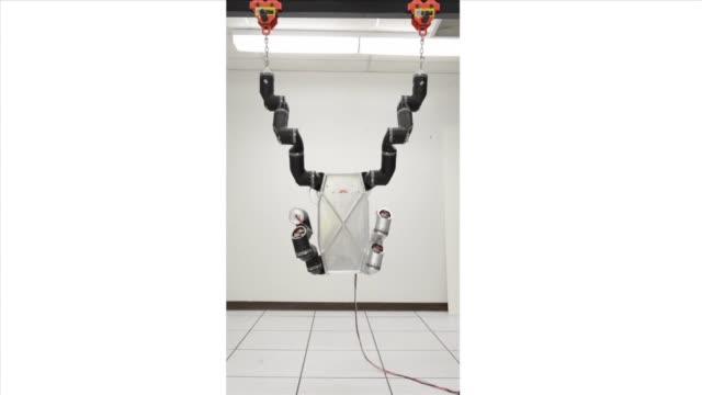 / robosimian, an ape-like robot is designed to meet the disaster-recovery tasks of the darpa robotics challenge / ape-like robot hanging from bar.... - amerikanska försvarsdepartementet bildbanksvideor och videomaterial från bakom kulisserna