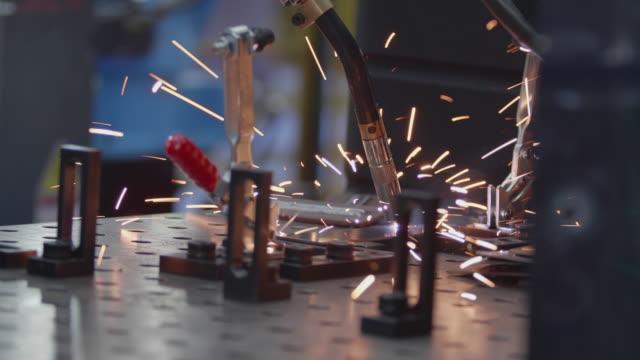 工場で働くロボットアーム溶接機。 - 自動車工場点の映像素材/bロール