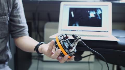 robot builder demonstrating video link - verbesserung stock-videos und b-roll-filmmaterial