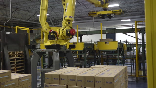 ms tu td robot is stacking pallets / chelsea, michigan, united states - 倉庫点の映像素材/bロール