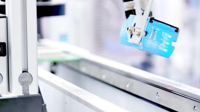 roboter-maschine über künstliche intelligenz - fühler stock-videos und b-roll-filmmaterial