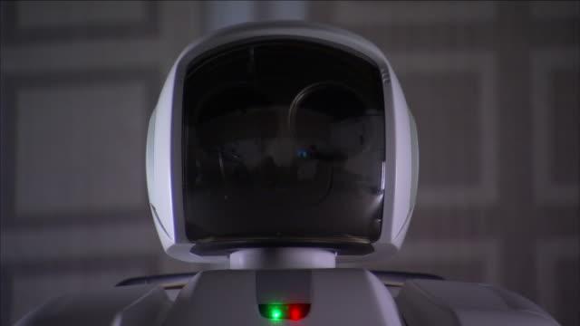 vídeos de stock e filmes b-roll de a robot swivels its head . - machine