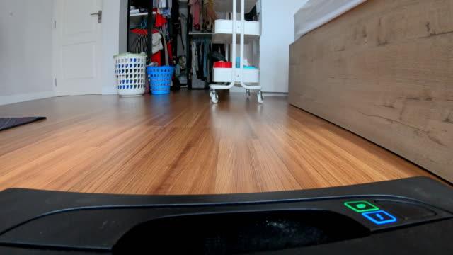 roboter-staubsauger - saugen mund benutzen stock-videos und b-roll-filmmaterial