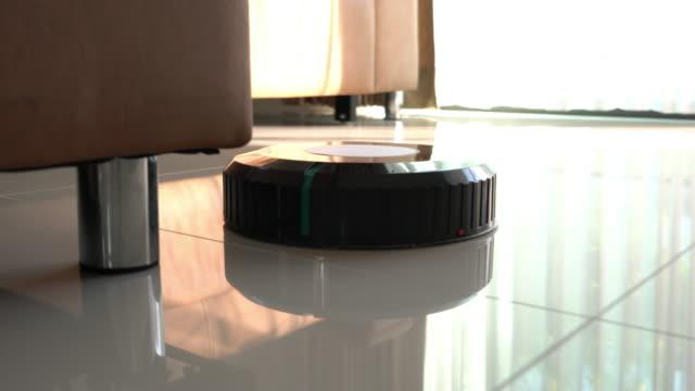 roboter staubsauger - saugen mund benutzen stock-videos und b-roll-filmmaterial