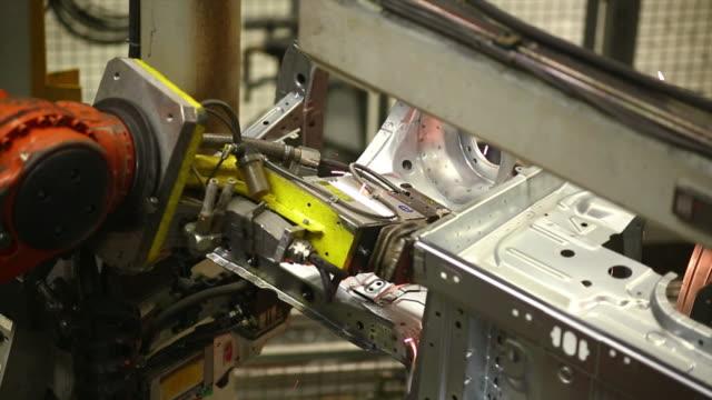 vídeos de stock, filmes e b-roll de robô em soldas de automóveis em corpo - indústria automobilística