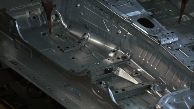stockvideo's en b-roll-footage met hd robot welding on car body - aluminium
