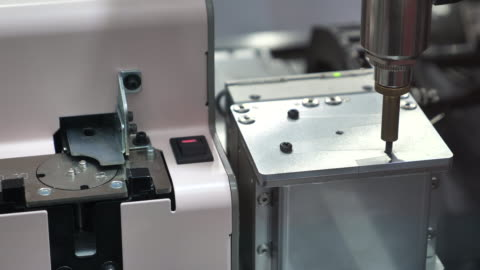 vídeos y material grabado en eventos de stock de brazo robótico en la línea de producción - motor eléctrico