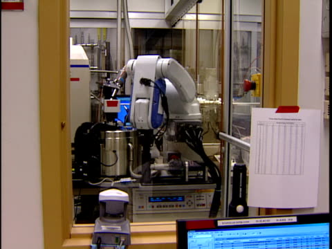 ms zi cu robotic arm moving in and out of vat in research lab / new jersey, usa - pharmaceutical manufacturing machine stock videos & royalty-free footage