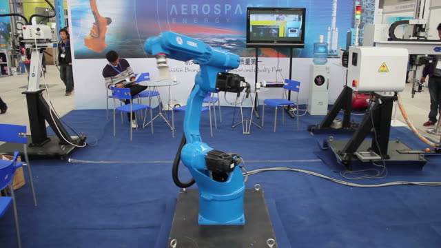 vídeos de stock e filmes b-roll de ws robotic arm picking up sample in exhibition/xian,shaanxi,china - television show