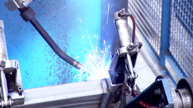 vidéos et rushes de bras robotisé soudage en usine - manufacturing occupation