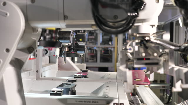 vídeos de stock e filmes b-roll de robotic arm working in industry - automatizado