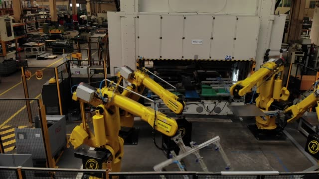 robotic arms in a factory - durability stock videos & royalty-free footage