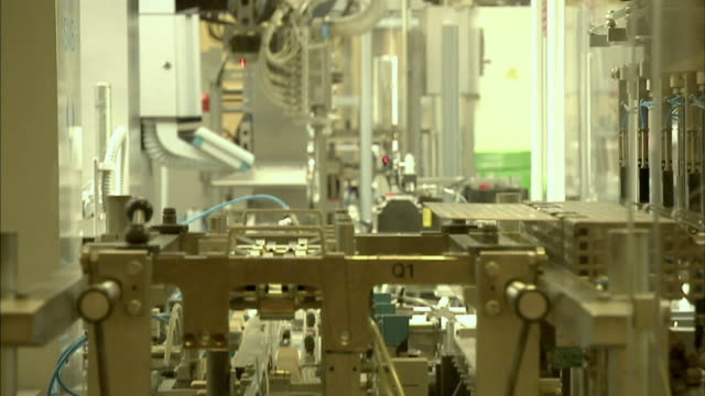 ms r/f robotic arms packaging drugs on assembly line, boxmeer, netherlands - boxmeer video stock e b–roll