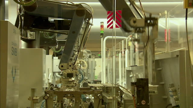 ws robotic arms packaging drugs on assembly line, boxmeer, netherlands - boxmeer video stock e b–roll