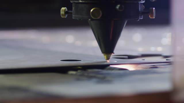 vídeos y material grabado en eventos de stock de a robotic laser cuts parts from a sheet of steel in a us manufacturing factory. - láser médico