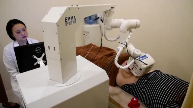 a robotic masseuse named emma is offering singaporeans high tech back rubs with a giganitic metal hand and silicon tipped fingers that its creators... - massaggiatore video stock e b–roll