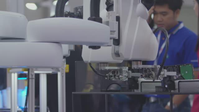 人工知能上のロボットpcbローディング。 - エレクトロニクス産業点の映像素材/bロール