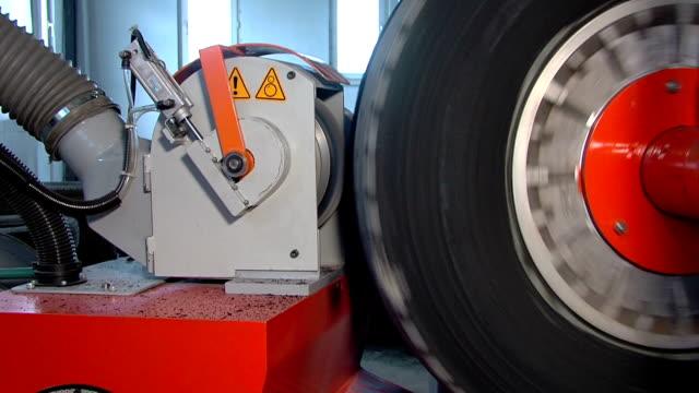 vidéos et rushes de robots système et retreading machine de fabrication de pneus - usine automobile