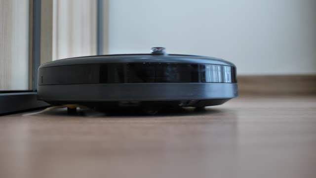 roboter-staubsauger reinigung staub am boden - saugen mund benutzen stock-videos und b-roll-filmmaterial