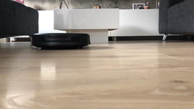 robotic vacuum cleaner dusting the floor - flooring stock videos & royalty-free footage