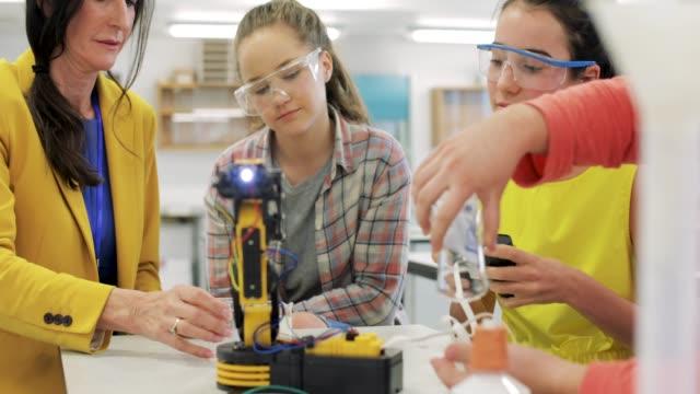 robotik-lektion - schutzbrille stock-videos und b-roll-filmmaterial
