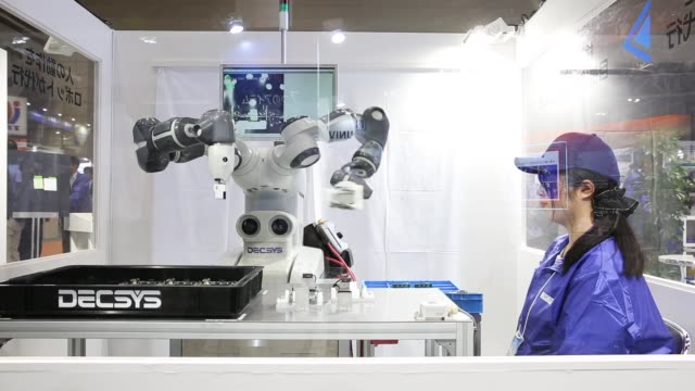 robots are demonstrated at the world robot summit on october 17 2018 in tokyo japan advanced robots and robotic technologies were featured at the... - 工業技術点の映像素材/bロール