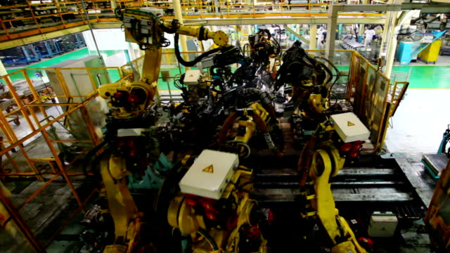 stockvideo's en b-roll-footage met robots assembling car body - autofabriek