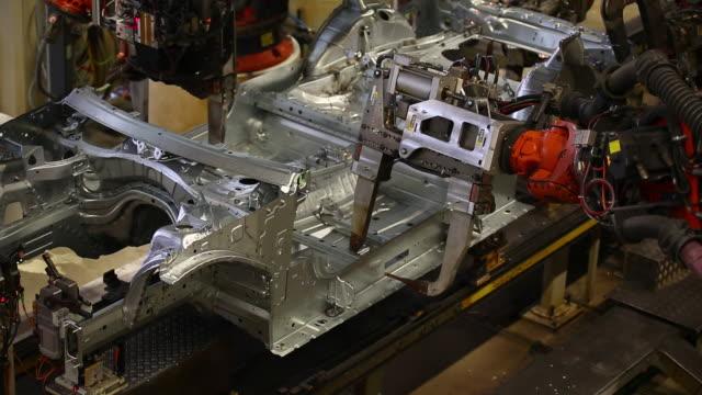 ms robots assembling car body - 50 sekunder eller längre bildbanksvideor och videomaterial från bakom kulisserna