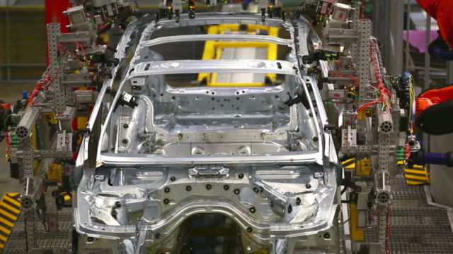 stockvideo's en b-roll-footage met robots assembling car body - assemblagelijn