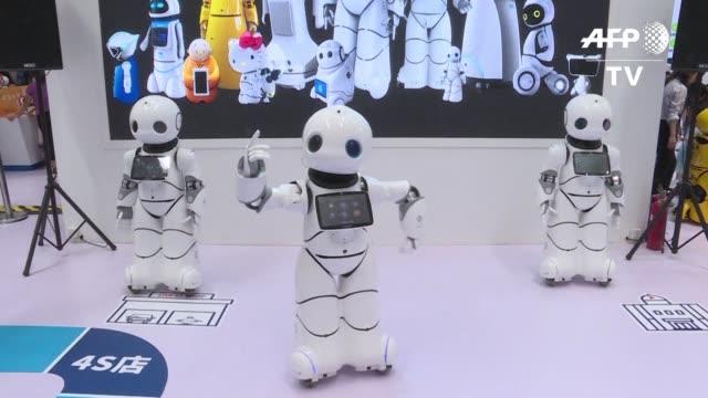 vídeos de stock, filmes e b-roll de robots murcielago voladores robots bailarines o brazos industriales automaticos: la conferencia mundial de robots de esta semana en pekin ha... - semana