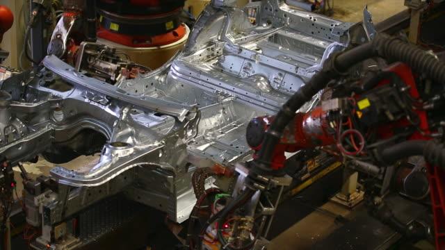 ロボット溶接お車でのボディ - production line点の映像素材/bロール