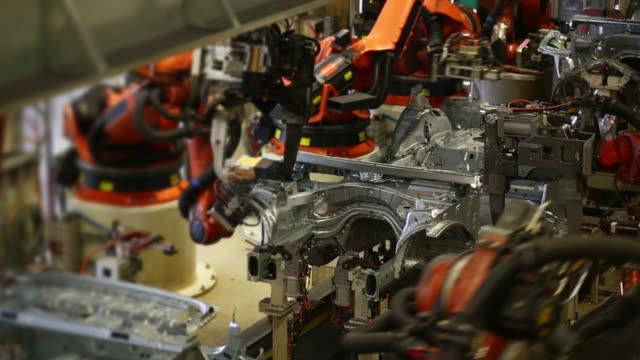 vídeos y material grabado en eventos de stock de robots soldadura en automóvil de - hoja de aluminio