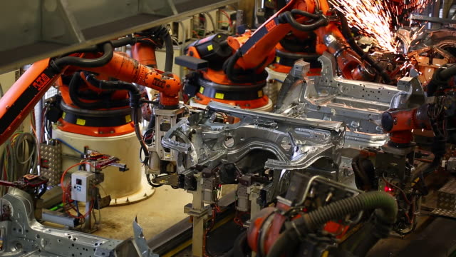 stockvideo's en b-roll-footage met robots welding on car body - autofabriek
