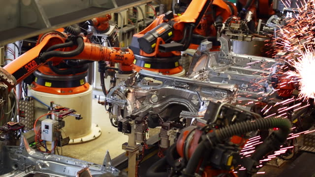 stockvideo's en b-roll-footage met robots welding on car body - assemblagelijn