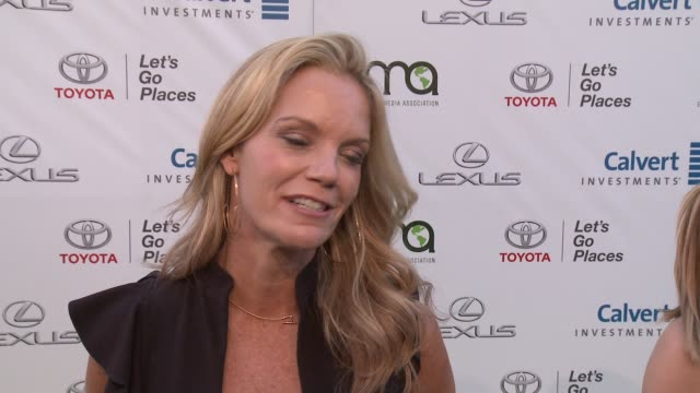 vidéos et rushes de robyn o'brien on what it means to be receiving this honor from ema, talks about the work se is being honored for and shalini on we all can support... - environmental media awards