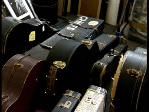 vídeos de stock, filmes e b-roll de rock and roll auction: john lennon lyrics for sale; england: london: int john collins interview sot - 'nowhere man' sold for 250 000 - 300 000... - filme colagem